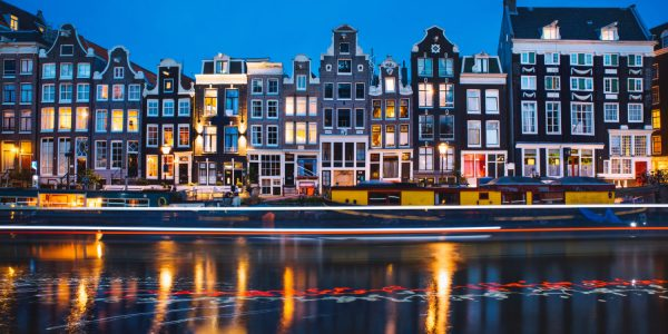 evening-light-view-over-a-canal-at-traditional-amsterdam-buildings